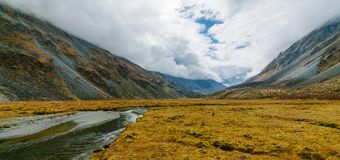 Visión desde el lago Akkem en la montaña Belukha cerca del tablero entre Rusia y Kazajistán durante otoño de oro imagen de archivo