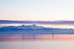 Visión desde el lago de Constanza a las montañas Foto de archivo