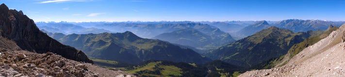 Visión desde el Lichtensteiner Höhenweg en las montañas de Raetikon Imagen de archivo