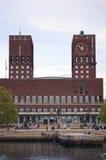 Visión desde el mar al puerto y ayuntamiento de Oslo noruega Imagen de archivo