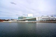 Visión desde el mar al teatro de la ópera de Oslo noruega fotos de archivo