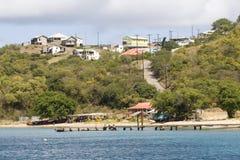 Vista de la playa, de barcos, del embarcadero y de casas; Bahía salina, isla de Mayreau, San Vicente y las Granadinas, el Caribe d Imagenes de archivo