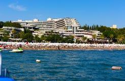 Visión desde el mar en el hotel Crystal Sunrise Queen Luxury Resort y el BALNEARIO cerca del lado en Turquía fotos de archivo