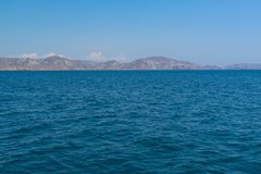 Visión desde el mar en una orilla rocosa Fotografía de archivo libre de regalías