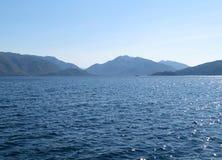 Visión desde el mar a las islas montañosas imagen de archivo libre de regalías