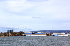 Visión desde el mar a los transbordadores, a Oslo y al fiordo de Oslo Foto de archivo