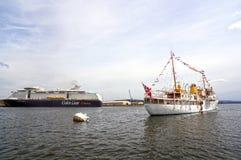 Visión desde el mar a un barco de cruceros, al transbordador, a Oslo y al fiordo de Oslo fotos de archivo libres de regalías