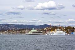Visión desde el mar a un barco de cruceros, a Oslo y al fiordo de Oslo Fotografía de archivo