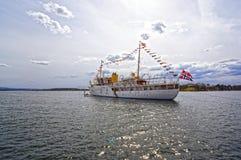 Visión desde el mar a un barco de cruceros, a Oslo y al fiordo de Oslo imagenes de archivo