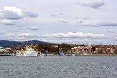 Visión desde el mar a un barco de cruceros, a Oslo y al fiordo de Oslo Imágenes de archivo libres de regalías