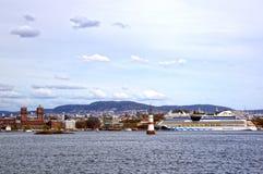 Visión desde el mar a un transbordador, a Oslo y al fiordo de Oslo imágenes de archivo libres de regalías
