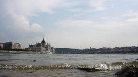 Visión desde el medio del río Danubio en la sequía almacen de video
