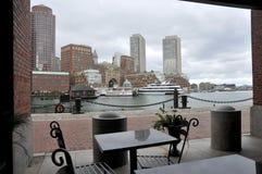 Visión desde el muelle en el puerto de Boston Imágenes de archivo libres de regalías