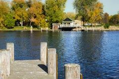 Visión desde el muelle que mira a través del río Fotografía de archivo libre de regalías