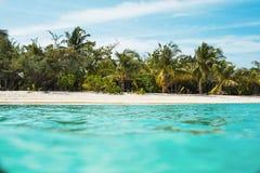 Visión desde el océano al fragmento de la isla imagen de archivo libre de regalías