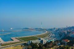 Visión desde el parque de la montaña en la bahía de Baku Imágenes de archivo libres de regalías