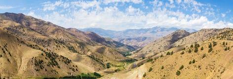 Visión desde el paso de montaña de Kamchik (Qamchiq), Uzbekistán Imagen de archivo libre de regalías
