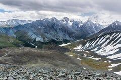 Visión desde el paso de montaña de Karaturek a la montaña de Beluha en tiempo nublado Fotos de archivo