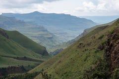 Visión desde el paso de Sani, camino rural de la suciedad aunque las montañas que conecta Suráfrica y Lesotho imagen de archivo