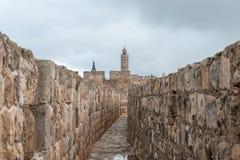 Visión desde el paso protegido en la pared de la ciudad en la torre de David cerca de la puerta de Jaffa en la ciudad vieja de Je fotografía de archivo