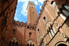Visión desde el patio de Torre del Mangia y de Palazzo Pubblico Fotos de archivo