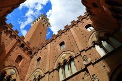 Visión desde el patio de Torre del Mangia y de Palazzo Pubblico Fotografía de archivo libre de regalías