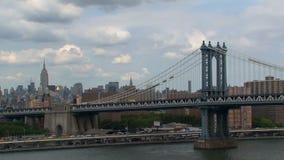 Visión desde el puente de Brooklyn en el puente de Manhattan almacen de video