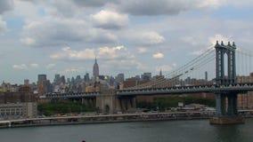 Visión desde el puente de Brooklyn en el puente de Manhattan almacen de metraje de vídeo