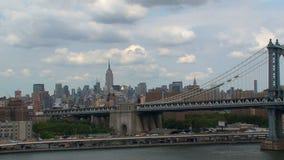Visión desde el puente de Brooklyn en el puente de Manhattan metrajes