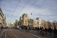 Visión desde el puente de Koningssluis que atraviesa el canal de Herengracht en Amsterdam Fotografía de archivo