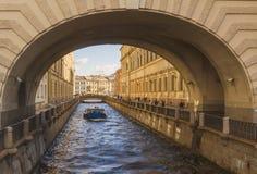Visión desde el puente de la ermita del surco y de la navegación del invierno del canal en el barco St Petersburg fotografía de archivo libre de regalías