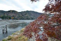 Visión desde el puente de Togetsukyo en Arashiyama, Kyoto Foto de archivo