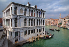 Visión desde el puente en el canal magnífico. Venecia Italia Imagenes de archivo