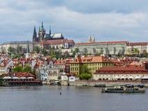 Visión desde el puente en Praga Foto de archivo