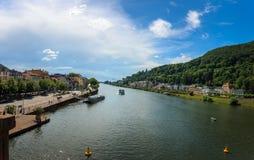 Visión desde el puente viejo en el río Neckar, Heidelberg, Baden Wuerttemberg, Alemania fotos de archivo libres de regalías