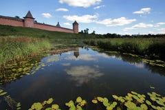 Visión desde el río de Kamenka al monasterio en honor del monje santo Evfimiya del monasterio de Suzdal Spaso-Evfimievsky imágenes de archivo libres de regalías