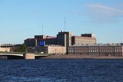 Visión desde el río de Neva en el puente y el edificio en el estilo del constructivismo - la casa grande de la fundición Imagen de archivo libre de regalías