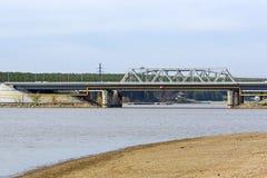 Visión desde el río en el puente y la carretera federal M-52 El rive Fotografía de archivo