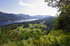 Visión desde el soporte en el lago Teletskoye Foto de archivo libre de regalías