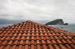 Visión desde el tejado en una isla en el mar imagenes de archivo