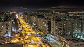 Visión desde el tejado a la ciudad de la noche Imágenes de archivo libres de regalías