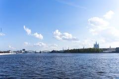 Visión desde el terraplén de Sverdlovsk, St Petersburg Río Neva en la primavera Catedral de Smolny en la distancia imagen de archivo libre de regalías