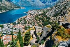 Visión desde el top de la colina abajo a la fortaleza, a la ciudad y a la bahía de Kotor Imágenes de archivo libres de regalías