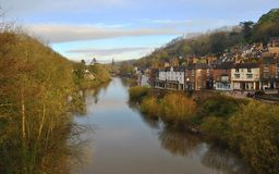 Visión desde el top del Ironbridge al pueblo británico por la mañana, Reino Unido Fotos de archivo