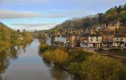 Visión desde el top del Ironbridge al pueblo por la mañana, Reino Unido Foto de archivo