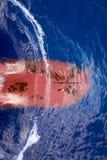 Visión desde el top en el arco con bulbo de la nave en curso fondos Transporte de la carga de océano de los buques de carga imagen de archivo