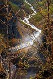 Visión desde el top en el río que fluye en la garganta Imagenes de archivo