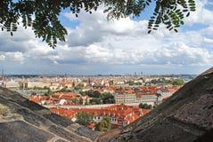 Visión desde el top en la ciudad vieja en Praga contra el cielo con Imágenes de archivo libres de regalías
