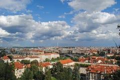 Visión desde el top en la ciudad vieja en Praga contra el cielo con Fotografía de archivo libre de regalías