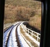 Visión desde el tren de la montaña que cruza un puente fotografía de archivo